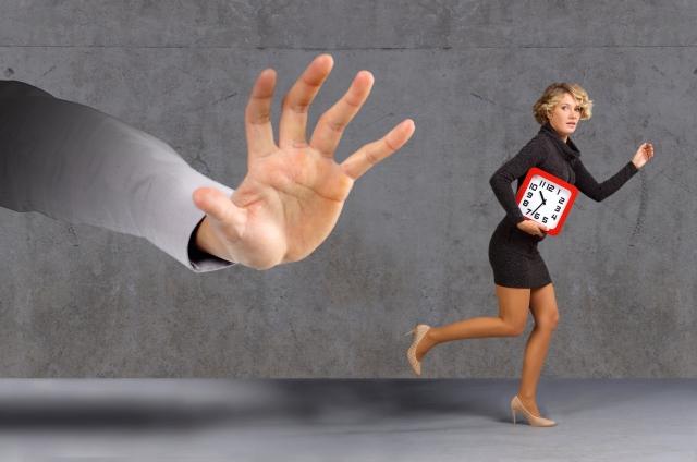 大きな手と逃げる女