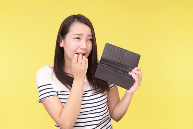 空の財布を持つ女