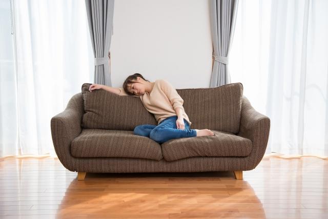 ソファにぐったり座る女性