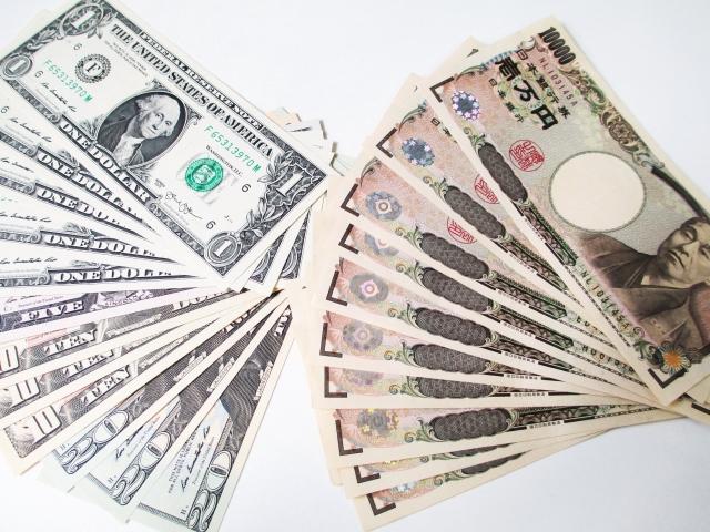 ドル紙幣と1万円札