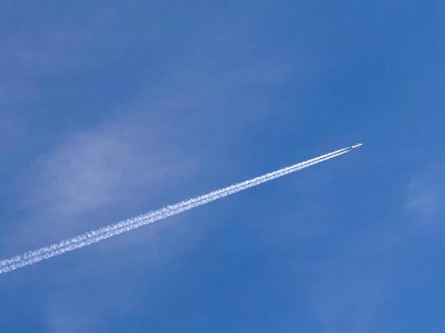 飛行機雲 右肩上がり