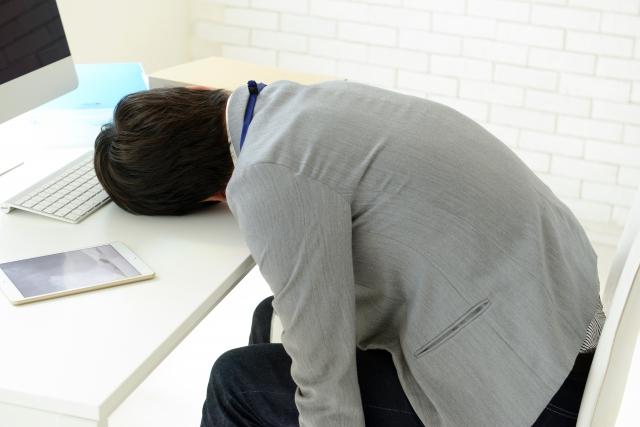昼寝をしている男性