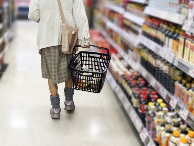 スーパーで買い物する高齢者の足元