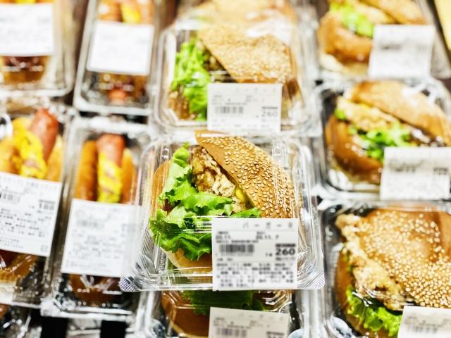 プラスチックケースに入ったたくさんのハンバーガーとホットドッグ