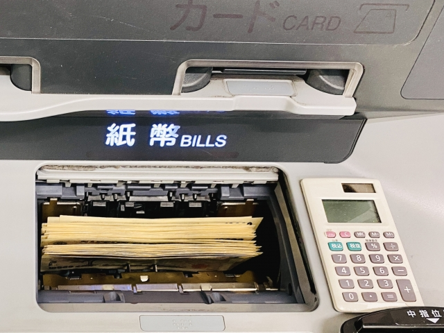 ATMの紙幣投入口のお札アップ