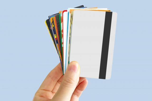 手に持った複数のカード類