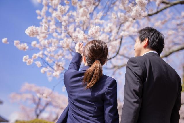 桜と会社員