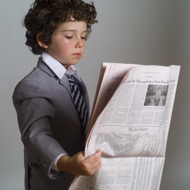 新聞を読む子供1