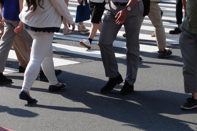 横断歩道を渡って通勤するビジネスパーソン