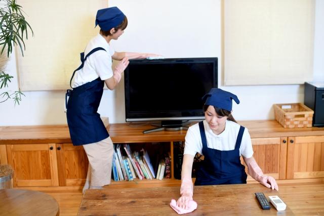 リビングを掃除するハウスキーパー(家政婦)の女性達