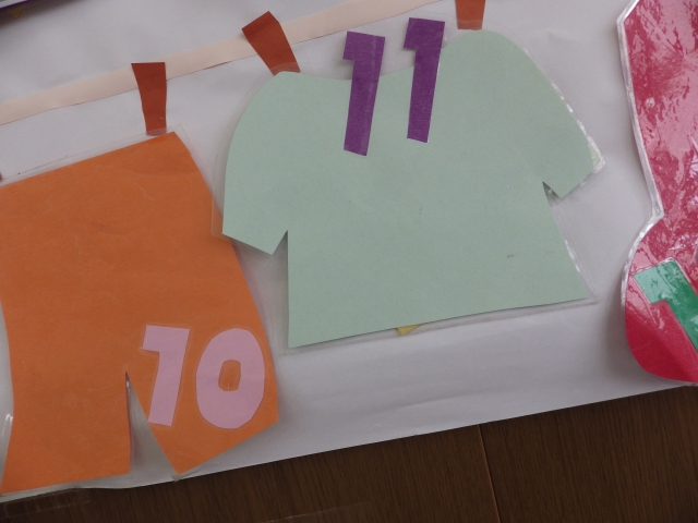 画用紙で作った洗濯物(数字10と11)