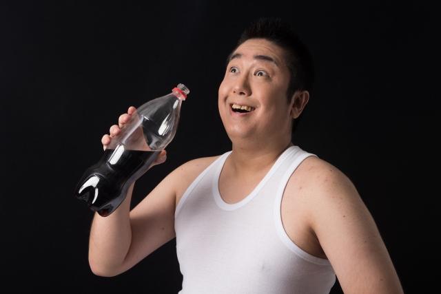 ジュースを飲む男性4