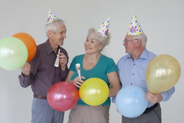 パーティーグッズを持つ高齢者