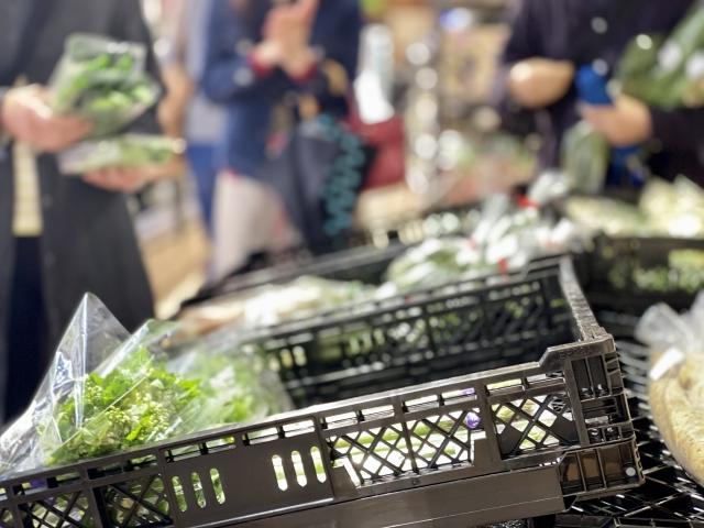 野菜売り場で混雑する人々イメージ