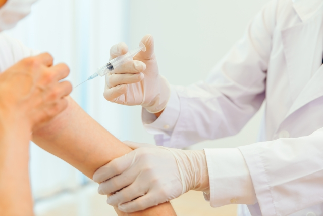 ワクチンを接種する医師