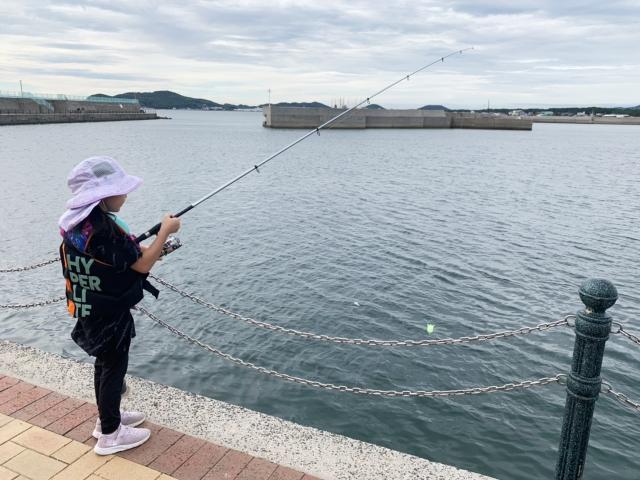海釣りをする女の子
